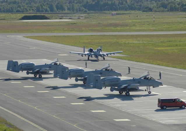 Samoloty szturmowe A-10 w bazie lotniczej Ämari