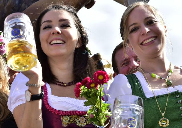 Dziewczyny podczas odkrycia festiwalu Oktoberfest w Monachium