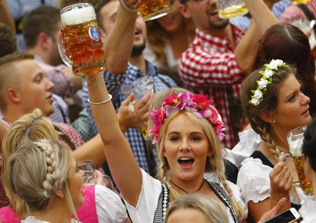 Dziewczyny podczas festiwalu Oktoberfest w Monachium