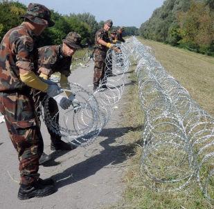 Żołnierze węgierskiej armii montują ogrodzenie na granicy z Chorwacją