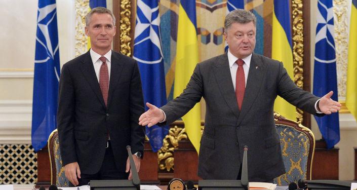 Sekretarz generalny NATO Jens Stoltenberg i prezydent Ukrainy Petro Poroszenko na posiedzeniu Rady Bezpieczeństwa Narodowego i Obrony Ukrainy