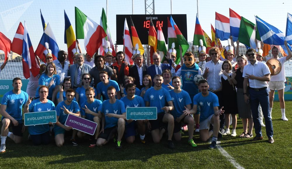 Uczestnicy ceremonii otwarcia parku piłkarskiego Euro 2020 na wyspie Zajęczej w pobliżu twierdzy Piotra i Pawła w Petersburgu z okazji 60. rocznicy Mistrzostw Europy w piłce nożnej.