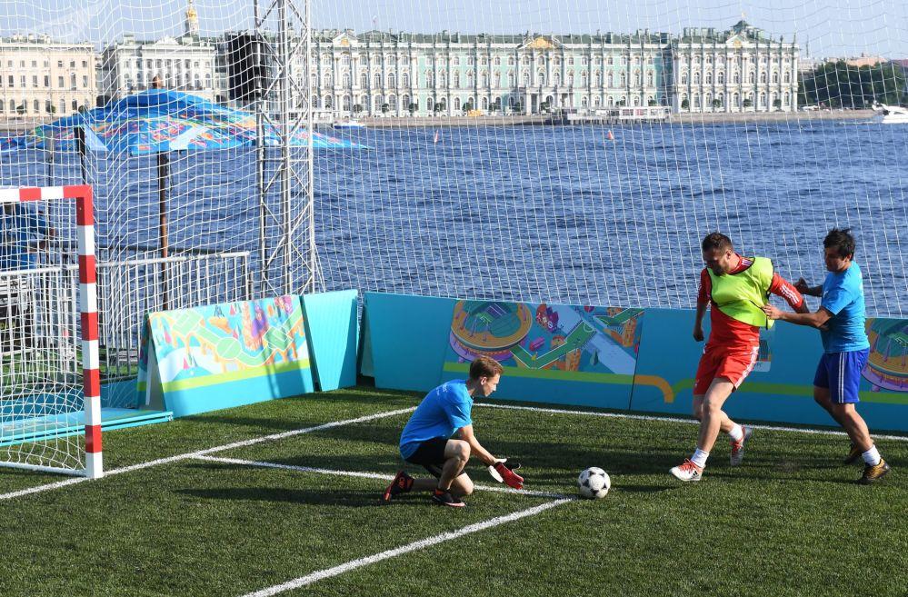 Odwiedzający grają w parku piłkarskim Euro 2020, otwartym na wyspie Zajęczej w pobliżu twierdzy Piotra i Pawła w Petersburgu z okazji 60. rocznicy Mistrzostw Europy w piłce nożnej.