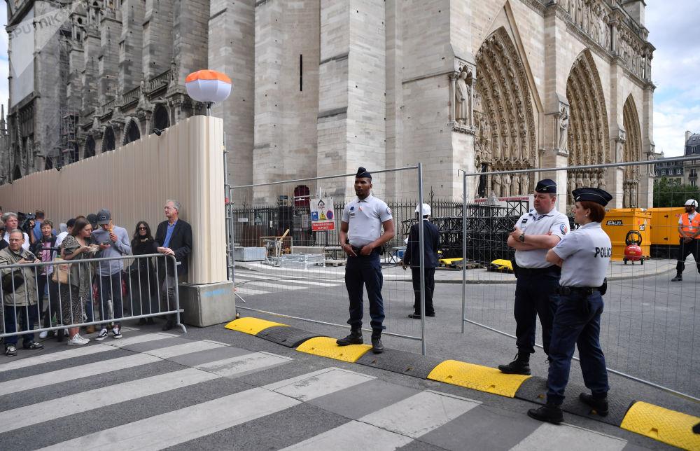 Pierwsza msza po pożarze w Notre Dame