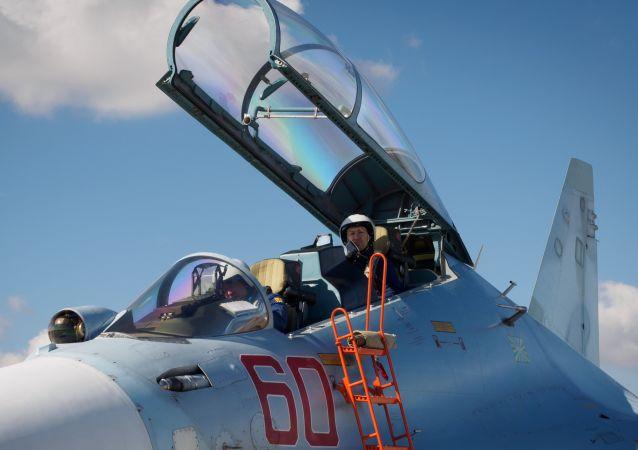 """Piloci przed rozpoczęciem lotów szkoleniowych pilotujących grupę """"Sokoły Rosji"""" na terytorium Krasnodaru"""