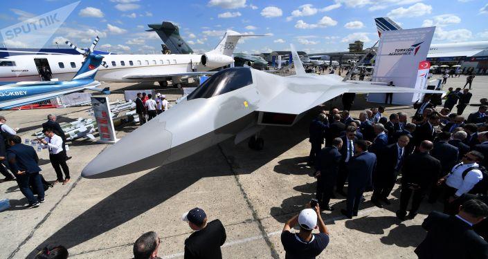 Turecki myśliwiec na lotnisku Le Bourget, gdzie odbędzie się międzynarodowy salon lotniczy Paris Air Show 2019