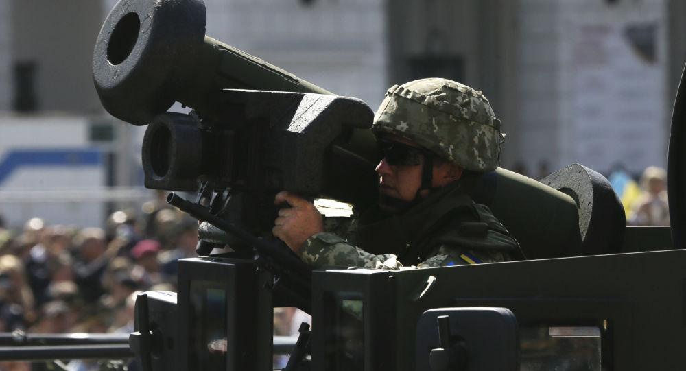 Ukraiński żołnierz z przenośnym systemem rakiet przeciwpancernych Javelin na defiladzie wojskowej w Kijowie