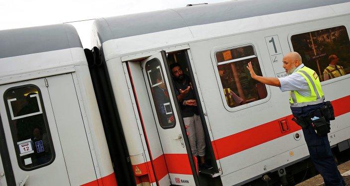 Pracownik niemieckiego przewoźnika kolejowego Deutsche Bahn uniemożliwia imigrantom opuszczenie pociągu na stacji we Frankfurcie