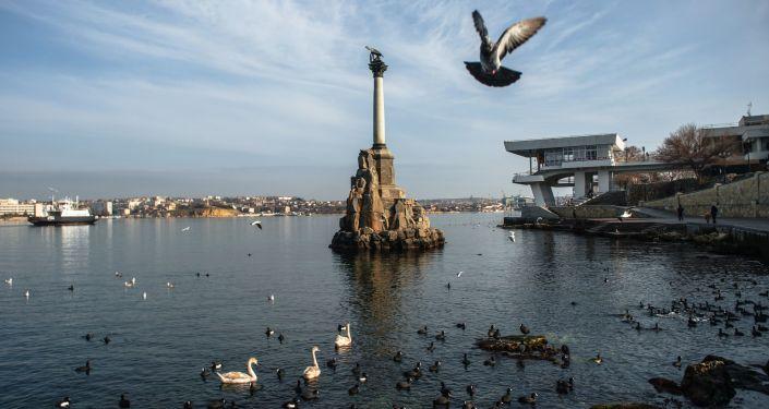 Widok na Pomnik Zatopionych Okrętów w Sewastopolu
