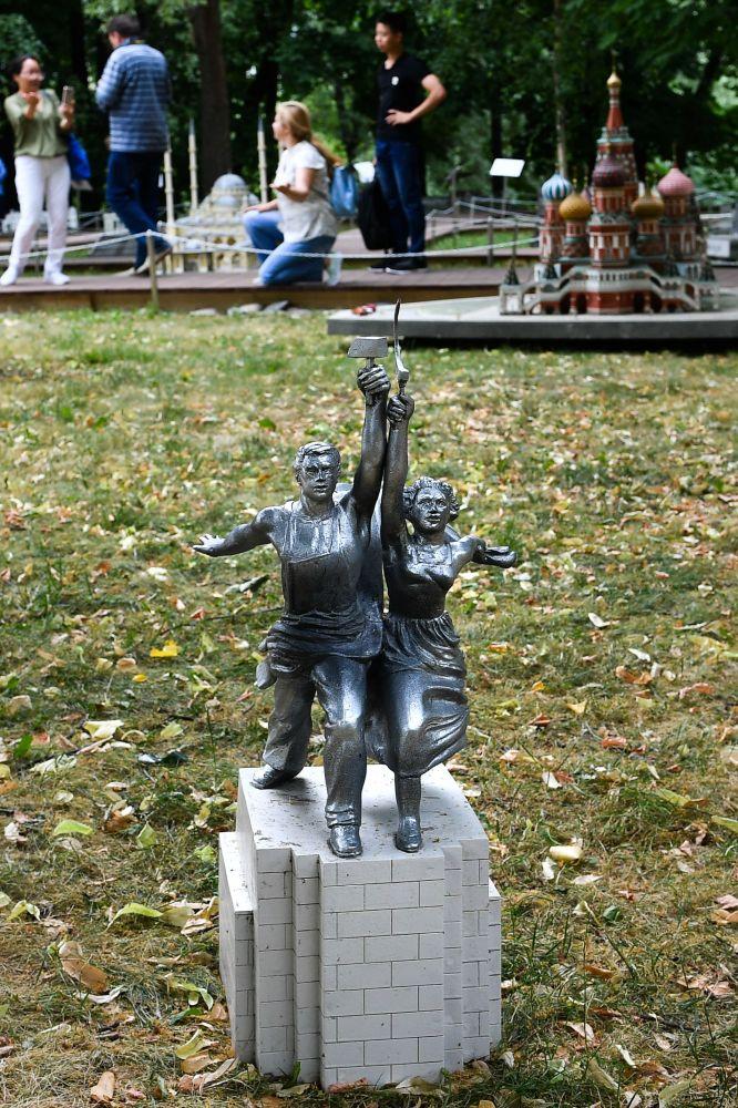 """Makieta rzeźby Robotnik i kołchoźnica na wystawie """"Rosja w miniaturze w parku Carycyno"""