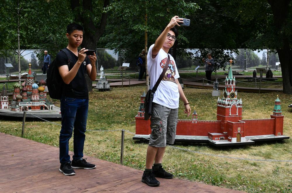 """Odwiedzający na wystawie """"Rosja w miniaturze w parku Carycyno"""