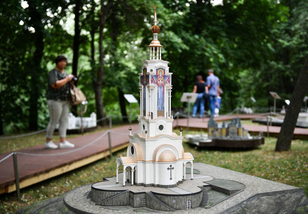"""Świątynia-latarnia św. Mikołaja Cudotwórcy na wystawie """"Rosja w miniaturze w parku Carycyno"""
