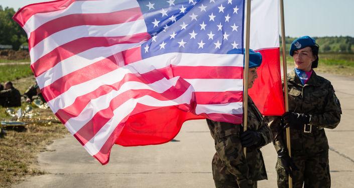 Wojskowa straż honorowa z flagami Stanów Zjednoczonych i Polski w polskiej bazie wojskowej Redzikowo. Zdjęcie archiwalne