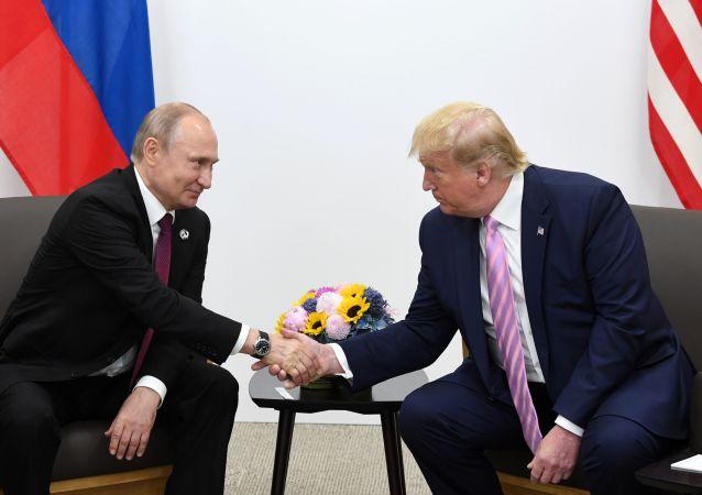 Prezydent Rosji Władimir Putin i prezydent USA Donald Trump podczas spotkania na marginesie szczytu G20 w Osace.