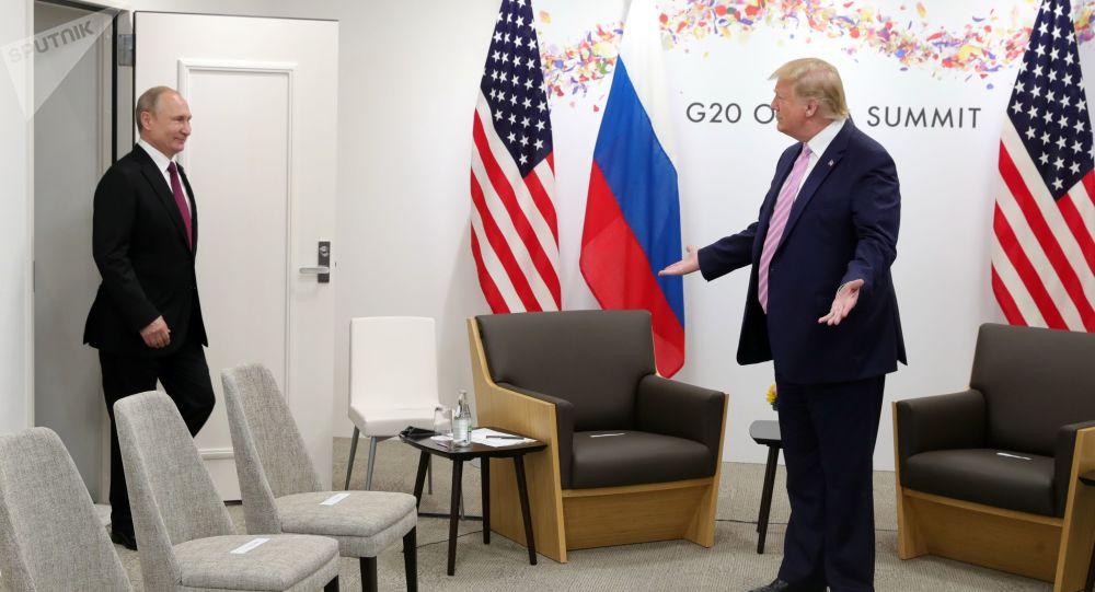 Prezydent Rosji Władimir Putin i prezydent USA Donald Trump na spotkaniu w kuluarach szczytu G20 w Osace.