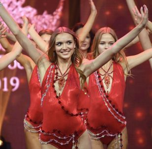 """Finalistki 25. Konkursu Piękności i Talentów """"Krasa Rosji 2019"""" w sali koncertowej Vegas City Hall."""