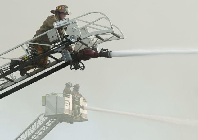 Strażacy w czasie gaszenia pożaru