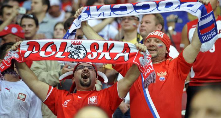 Kibic z Polski i z Rosji na meczu w piłkę nożną
