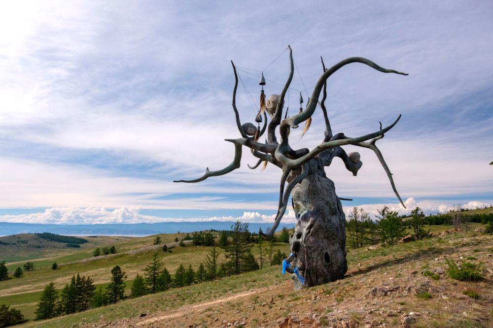 """Rzeźba Daszy Namdakovej """"Strażnik Bajkału"""", umieszczona na wyspie Olchon nad jeziorem Bajkał."""