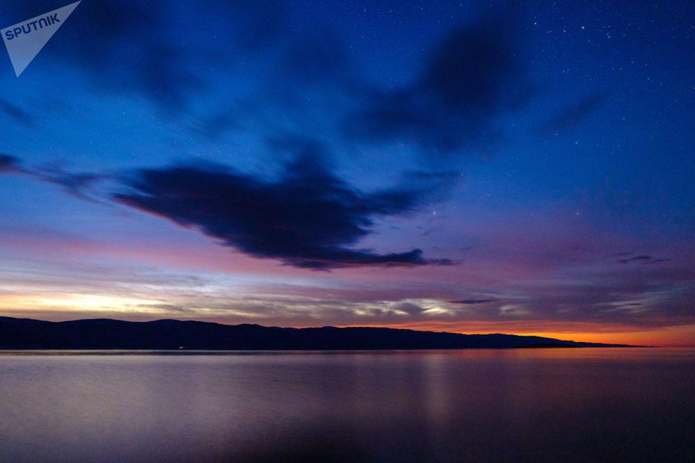Zachód słońca z wyspy Olchon na jeziorze Bajkał w obwodzie irkuckim.