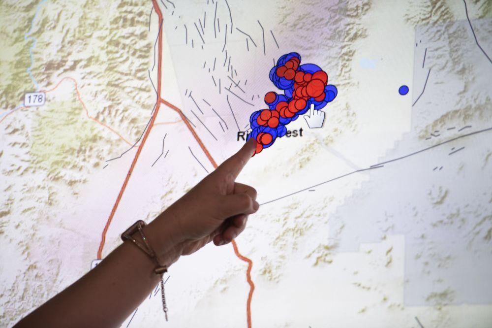 Sejsmolog pokazuje na mapie obszar trzęsienia ziemi w Kalifornii Południowej.