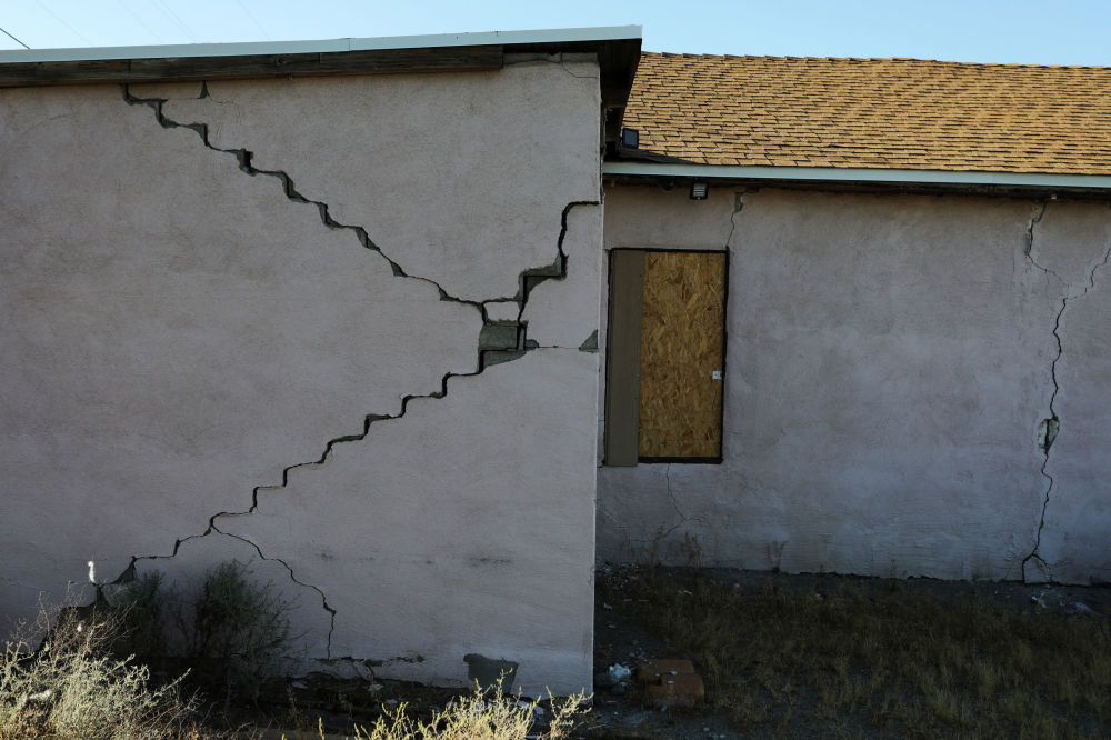 Pęknięcie na budynku mieszkalnym.