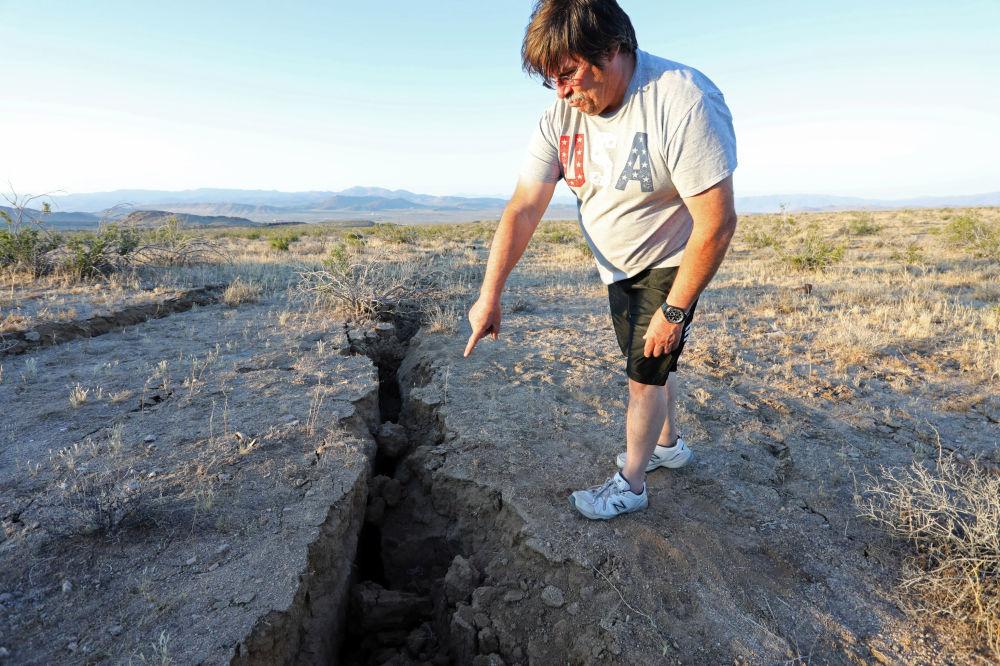 Pęknięcie ziemi powstałe w wyniku trzęsienia ziemi.