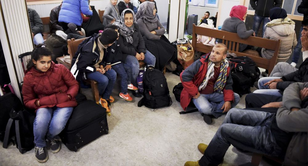Iraccy uchodźcy na stacji kolejowej Kemi na północnym wschodzie Finlandii