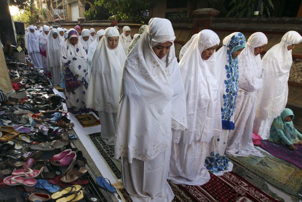 Muzułmańskie kobiety podczas modlitwy w Dniu Id al-Adha w Indonezji