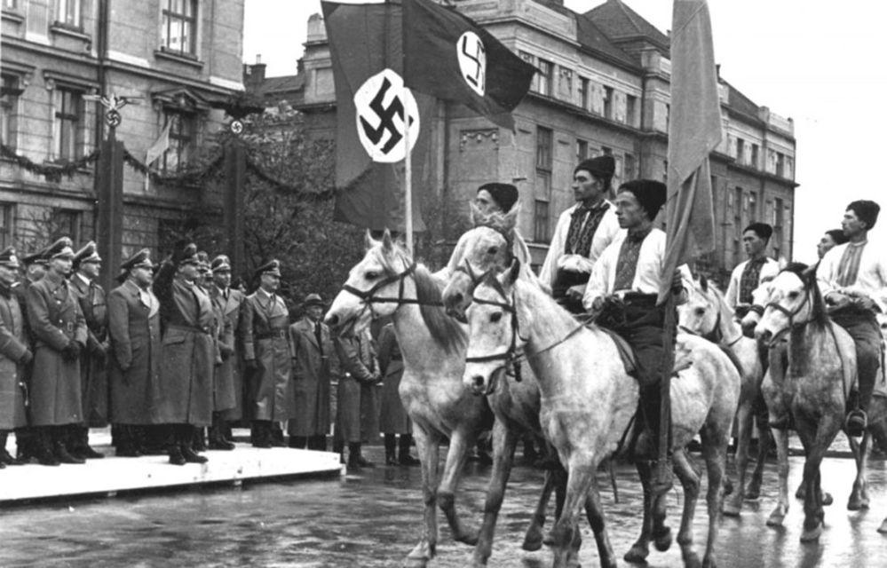 Parada ukraińskich nacjonalistów w Stanisławowie (obecnie Iwano-Frankiwsk), zdjęcie archiwalne 1941.