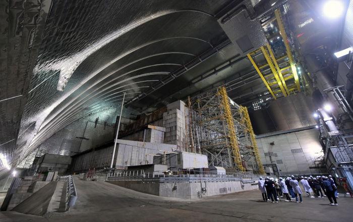 Goście i dziennikarze wewnątrz nowego sarkofagu nad Czarnobylską Elektrownią Atomową.