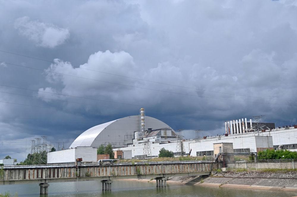 Widok na nowy sarkofag nad Czarnobylską Elektrownią Atomową.