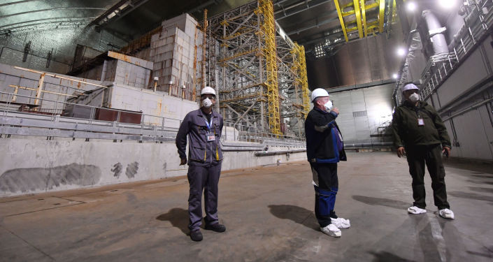 Pracownicy wewnątrz nowego metalowego sarkofagu nad Czarnobylską Elektrownią Atomową.