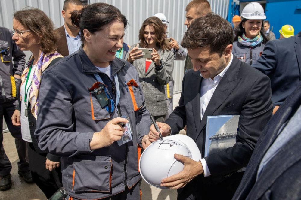 Prezydent Ukrainy Wołodymyr Zełenski rozdaje autografy w czasie uroczystości oddania do użytku nowego sarkofagu nad czwartym blokiem Czarnobylskiej Elektrowni Atomowej.