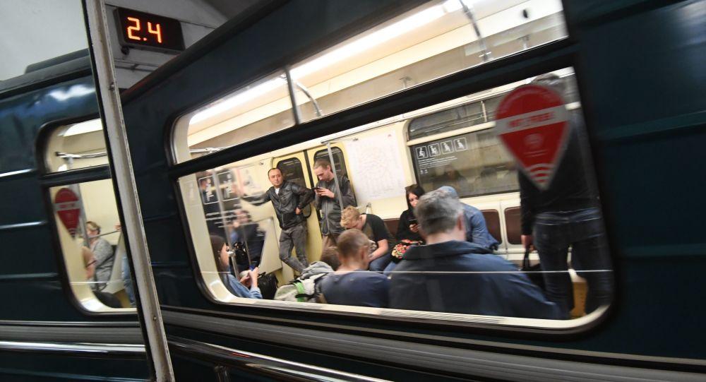 Pasażerowie w wagonie metra, Moskwa