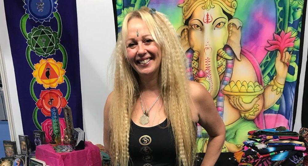 50-letniaFlavia Peters, która uważa magię za sekret swojego młodego wyglądu
