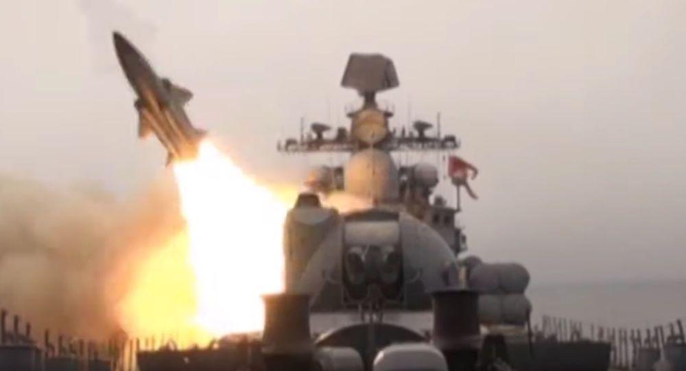 Start pocisków maewrujących Moskit z pokładu niszczyciela Bystryj na Morzu Japońskim