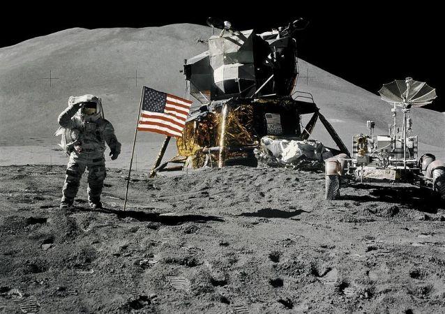 Astronauta James Irwin obok amerykańskiej fladze na Księżycu w ramach misji Apollon-15, 1971 rok