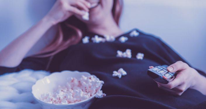 Dziewczyna jedząca popcorn
