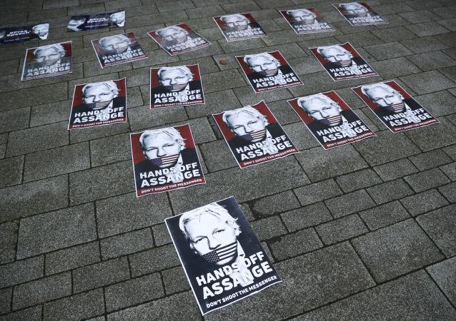 Plakaty z wizerunkiem Juliana Assange'a