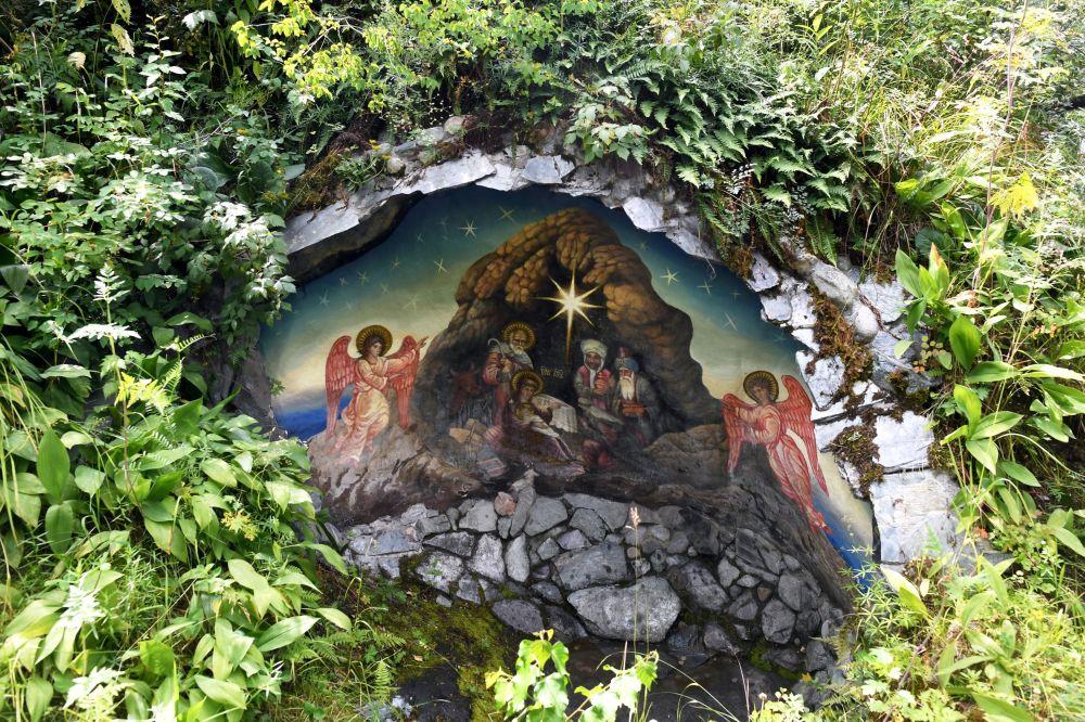 Miniaturowa kamienna grota, ozdobiona freskiem na wyspie Patmos w Republice Ałtaju