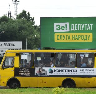 Plakaty agitacyjne partii Wołodymyra Zełenskiego Sługa Ludu na jednej z ulic Lwowa