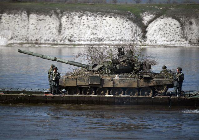Transport czołgu T-72 przez rzekę Don w czasie ćwiczeń na poligonie Prudboj w obwodzie wołgogradzkim