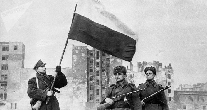 Polska flaga nad wyzwoloną Warszawą, 1945 rok