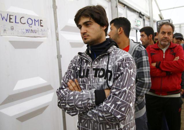 Syryjscy uchodźcy czekają w kolejce po jedzenie w mieście Hanau