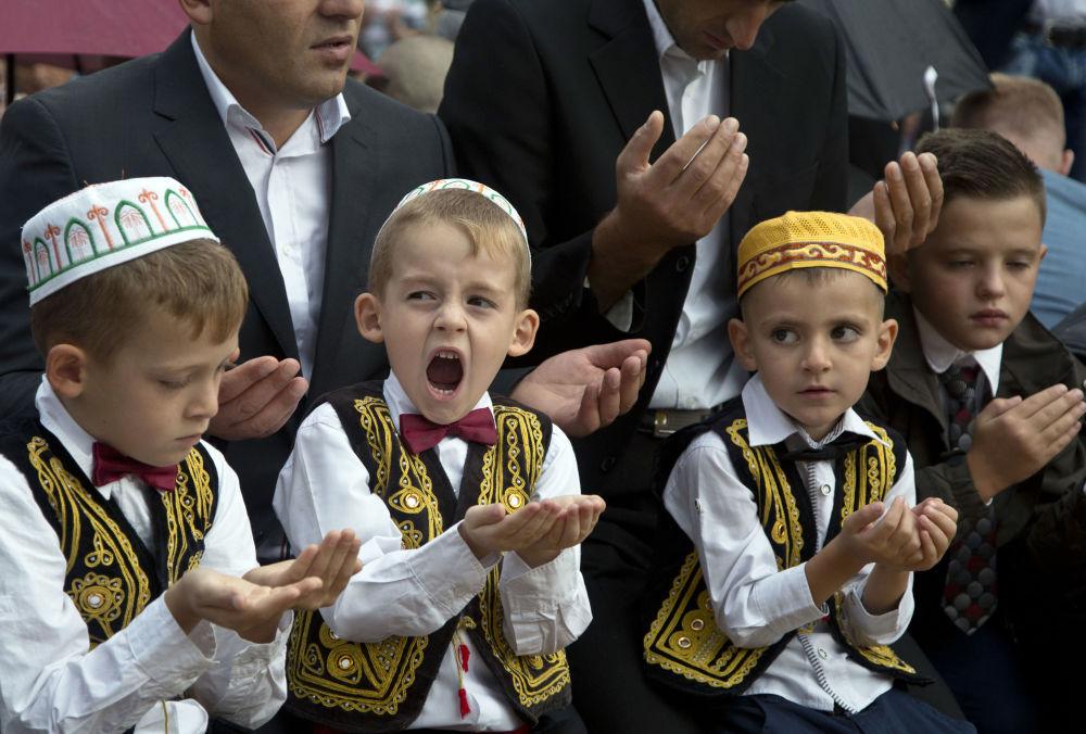 Chłopaki podczas modlitwy w Dniu Id al-Adha w Kosowie