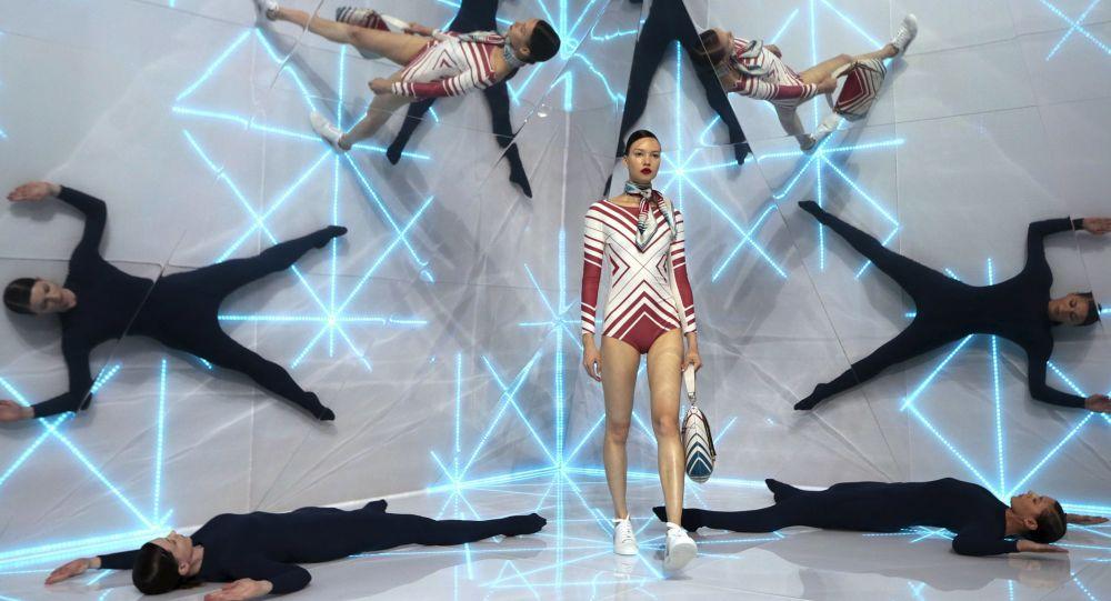 Modelka na pokazie Anya Hindmarch w Londynie