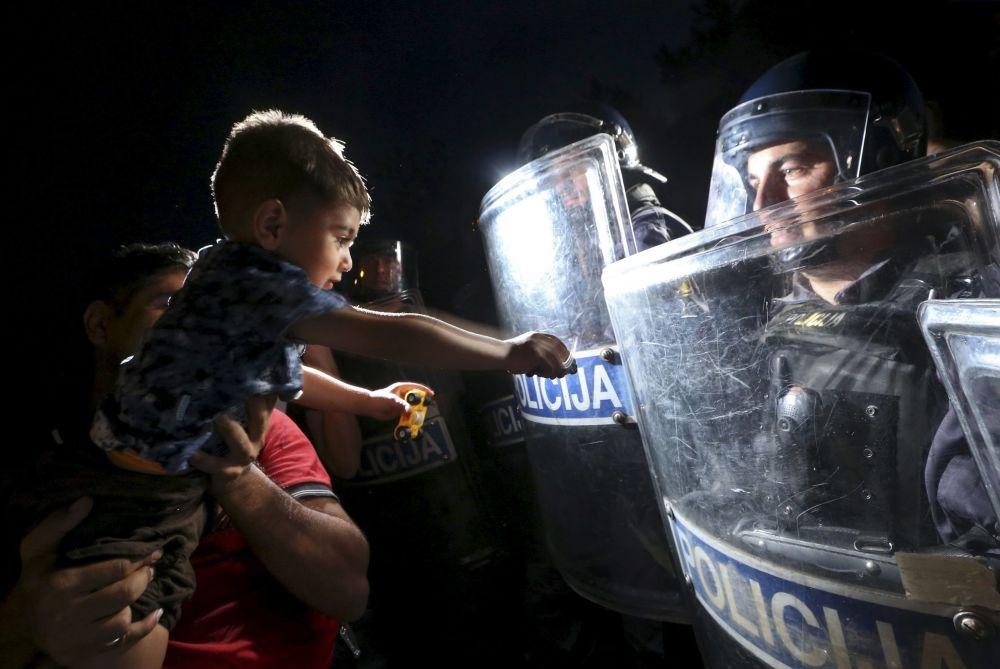 Chłopak wyciąga rękę do policjanta w Chorwacji