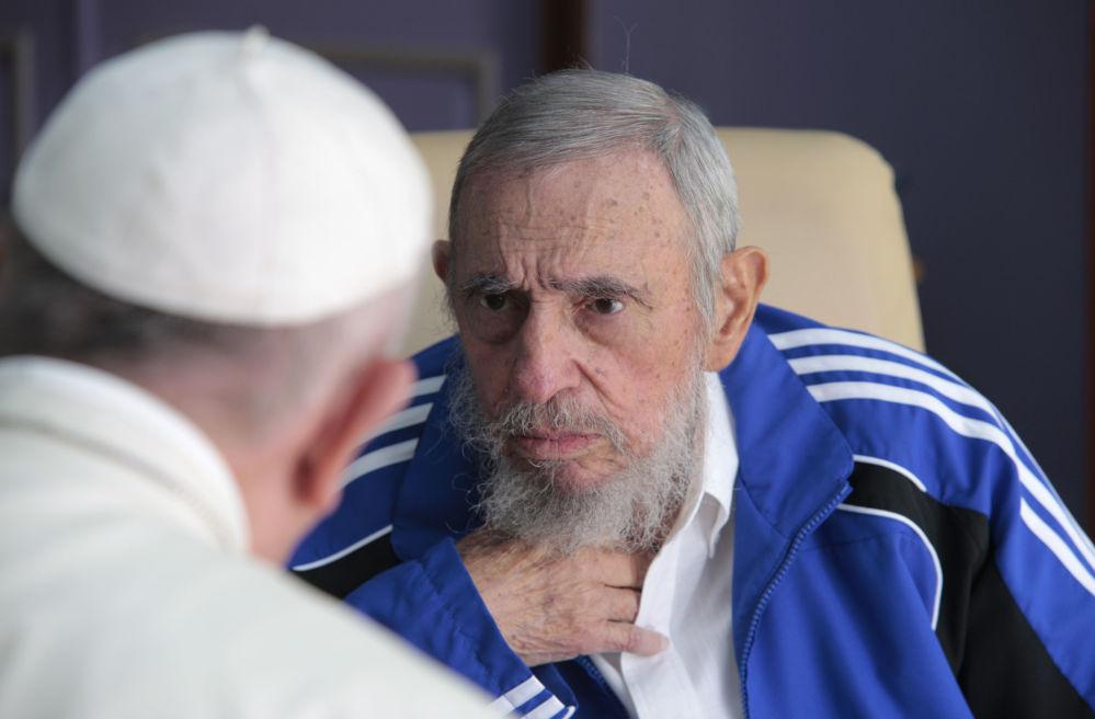 Papież Franciszek rozmawia z byłym  premierem Republiki Kuby Fidelem Castro