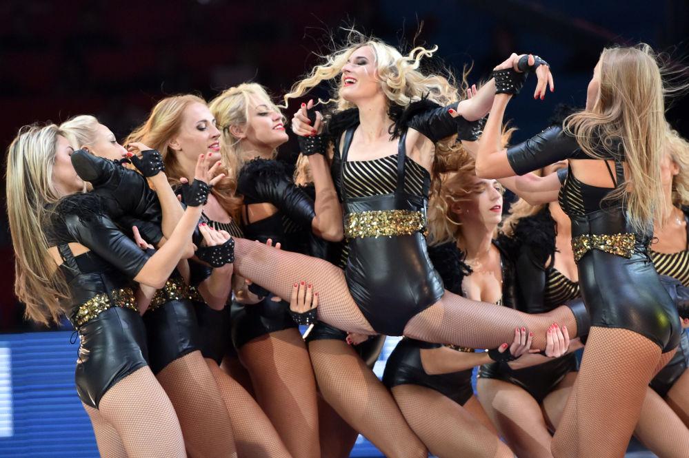 Drużyna cheerleadingu występuje na meczu koszykówki we Francji